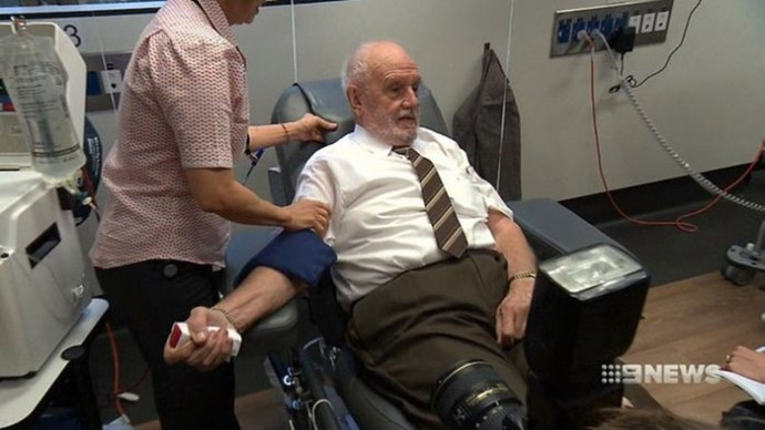 Самый знаменитый донор из Австралии сдал кровь в последний раз