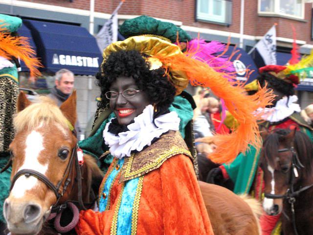 Негр помощник Санта Клауса в Нидерландах