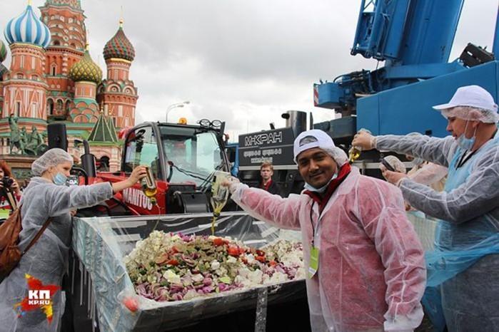 В Москве нарубили крупнейшую в мире порцию греческого салата
