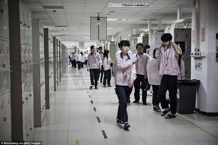 Британским СМИ показали повседневную жизнь тех, кто собирает iPhone в Китае