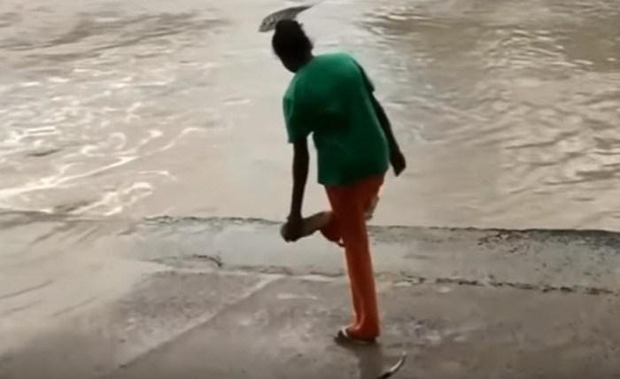 Видео как женщина в Австралии отогнала крокодила шлепанцем