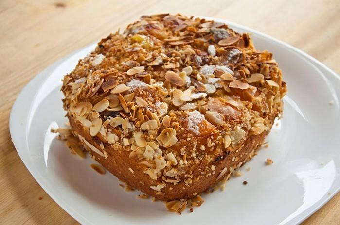 Пирог с абрикосами и миндальной крошкой