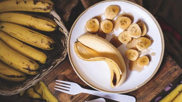 Супермаркеттерде біз кейде жасыл, лайықты банандарды көруіміз керек. Олардың келбеті бізге газдың технологиясы сынғанын айтады. Бірақ бұған ренжіді, мүмкін бұл қажет емес шығар. Өйткені, газдың белгілі бір аналогын үйде орындауға болады. Ол үшін жартылай CESE бананаларын кемелді алма немесе алмұртпен бір пакетке бүктеу керек, максимумға ауаны сорып, сол күні-екі немесе екі-екі. Піскен алма жасыл бананмен өңделген бірдей газдарды ажыратады. Сондай-ақ, жасыл бананның пісуі үшін кейбіреулерге байламдар жинауға кеңес беріледі, қара қағаз сөмкеге салыңыз.