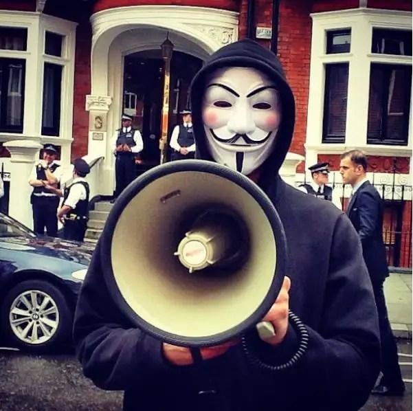 Anonymous protesta frente a la Embajada ecuatoriana en Londres, piden la liberación de Assange