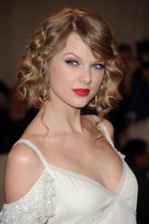 Taylor Swift cleavagy at Metropolitan Museum of Art Costume Institute gala in New York City - Hot Celebs Home
