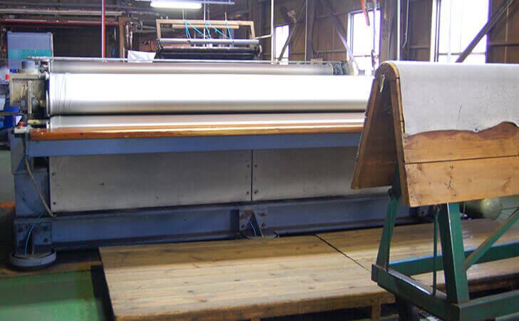 乾燥させた革をほぐして柔らかくする機械