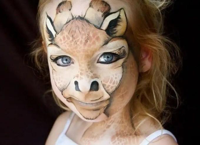 36103410 - Madre crea arte en las caras de sus hijas