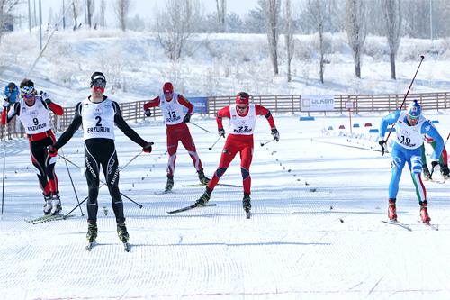 Eivind Bakkene i rødt på oppløpet  i kvartfinalen på sprinten i U23-VM i Tyrkia 2012. Foto: Erik Borg.
