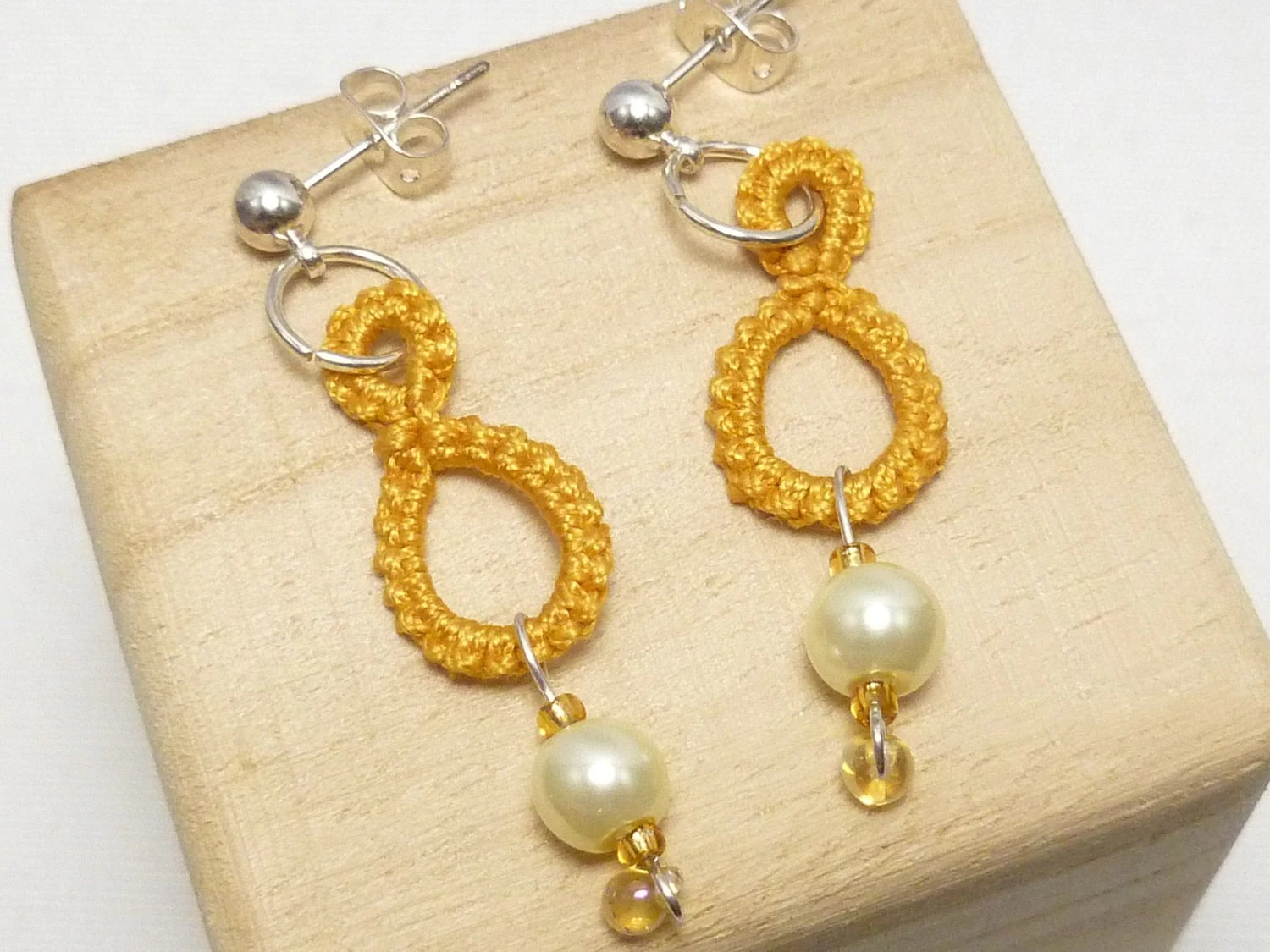 Tatted jewelry Ring earrings in Gold with ivory pearls -Drops