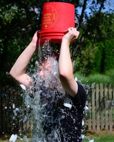 Uma pessoa se molhando.