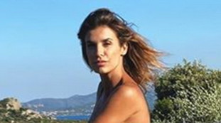 A break in the thigh ... record: Elisabetta Canalis at her best, the photo that bewitches | Look