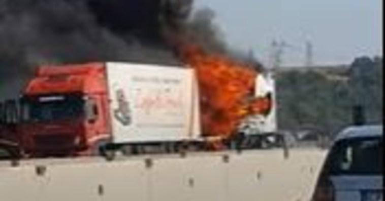 Incidente mortale, scontro fra due Tir sulla A1 alle porte di Roma: una vittima. Caos traffico