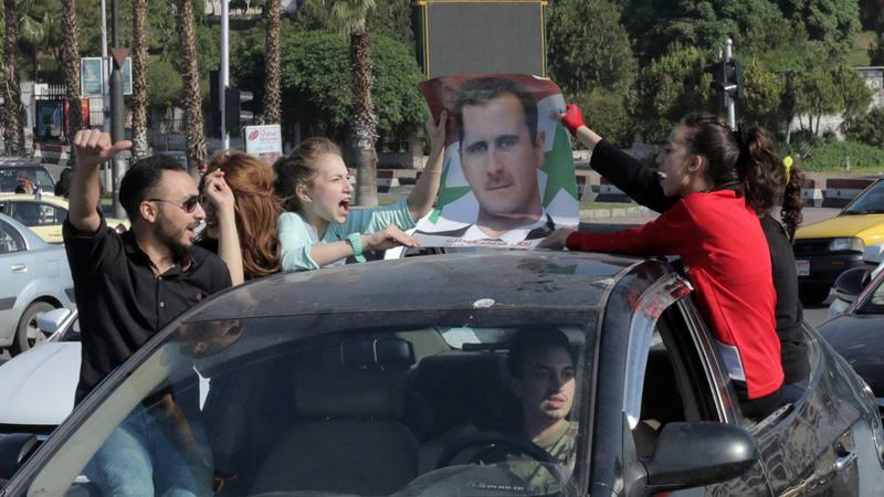 Manifestantes muestran su apoyo al Bachar al Asad en las calles de Damasco