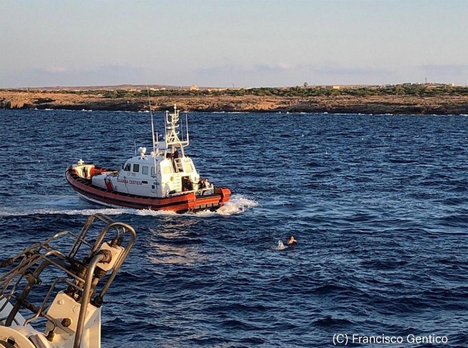 Open Arms, diversi naufraghi si gettano in mare per raggiungere la costa