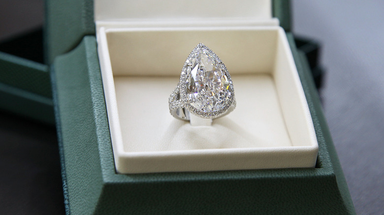 Paris Hiltons Stunning Engagement Ring