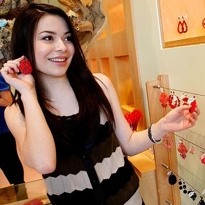 Miranda Cosgrove, Nickelodeon Kids Choice Awards Shopping Spree, Browsing accessories at Tarina Tarantino, Los Angeles, i Carly