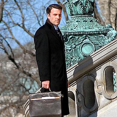 Ben Affleck con el dinero que le pagaron por aparecer en la película
