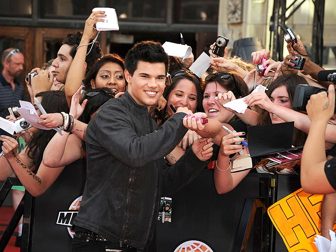 8. HE'S A CROWD PLEASER  photo | Taylor Lautner