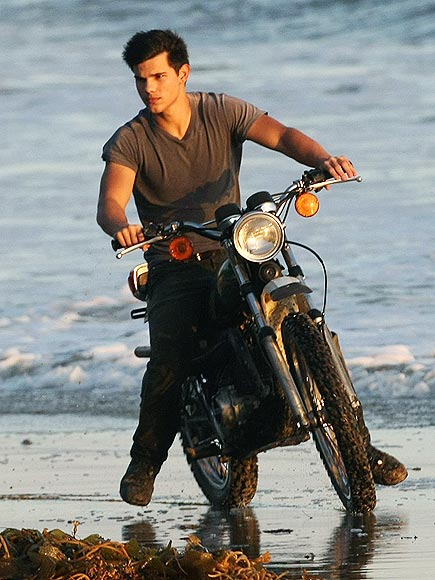 6. HE LOOKS COOL ON A BIKE photo   Taylor Lautner