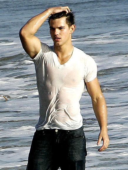 18. HE LOOKS GOOD WET photo   Taylor Lautner