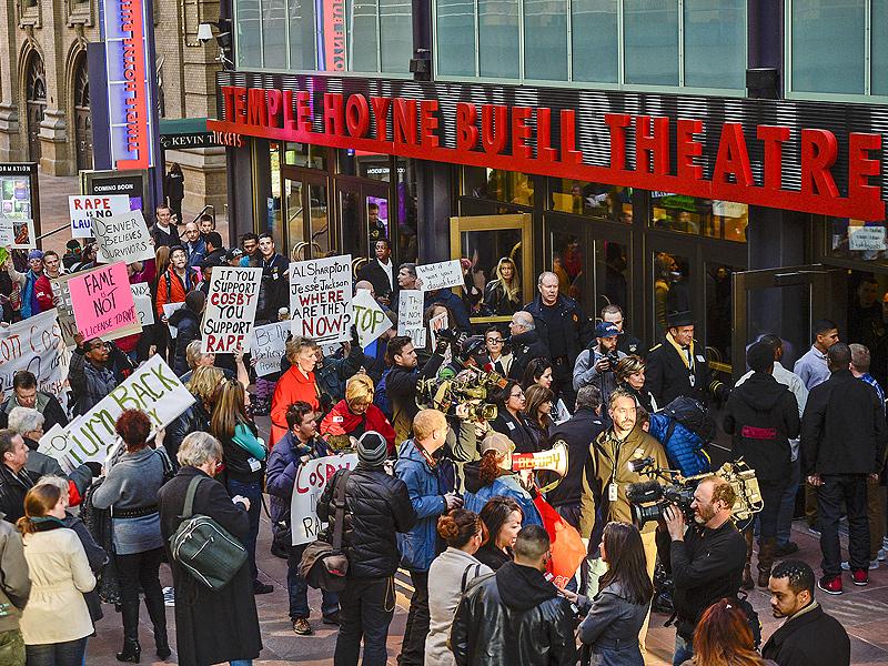 Manifestantes afuera del show de Denver