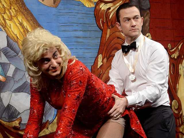 Joseph Gordon-Levitt Dresses as Robin and Makes Out with a Man in Drag During Harvard's Hasty Pudding Man of the Year Ceremony| Joseph Gordon-Levitt