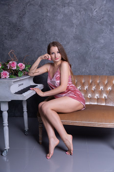 Stunning18 – Julianna – I can not play the piano