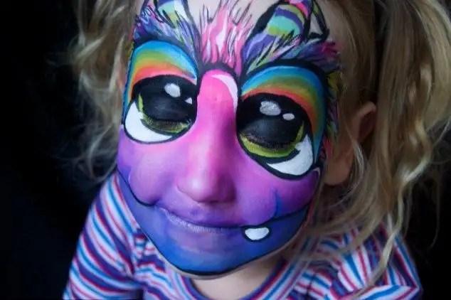 66927963 - Madre crea arte en las caras de sus hijas