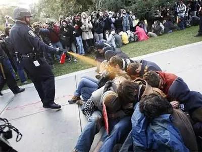 Policía rocía con spray por despecho
