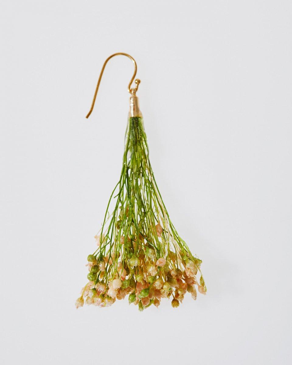 「かすみ草の花束」ピアスの写真