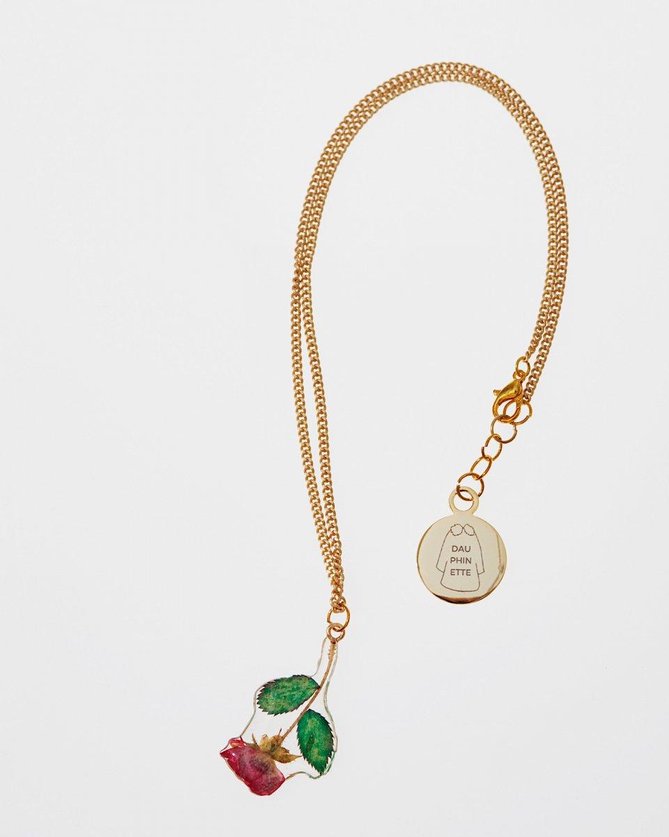 小さいバラのつぼみのネックレスの写真