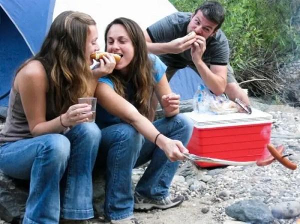 girlseatinghotdogs59 - Julio mes de los Hot Dogs celébralo con estas fotos de Chicas comiendo perritos calientes