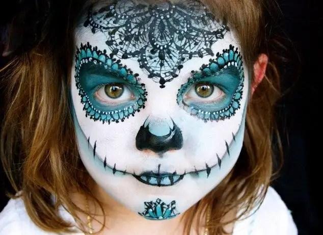21236302 - Madre crea arte en las caras de sus hijas