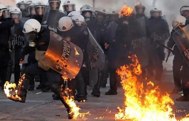 1329071456388foto5gd - Atenas arde por la aprobación de los recortes en el Parlamento