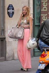 Blake Lively shows ass in tight pinkish trousers on the Gossip Girl set in Paris - Hot Celebs Home