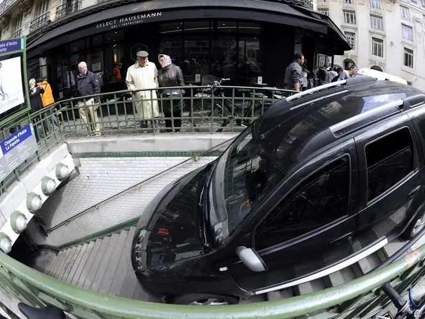 get2a - Conductor confunde escaleras de metro con aparcamiento