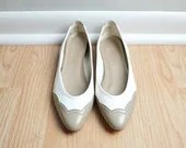 Shoes Ballet Flats Spectator Deadstock Leather Taupe and White Skimmer 80s Vintage Size 9 Euro 40 - thriftage