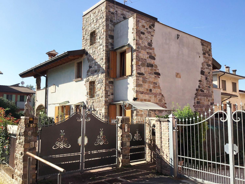 Casa Indipendente In Vendita In Via Vittorio Arici