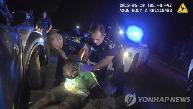 응급요원이 도착하기 전 로널드 그린을 일으켜세우는 루이지애나 주경찰 [루이지애나 주경찰/AP=연합뉴스]
