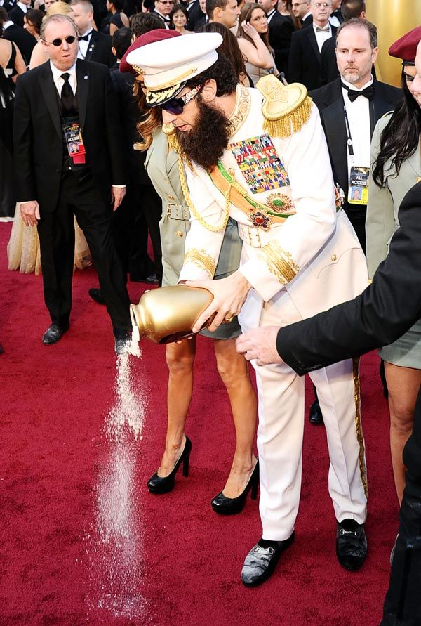 02261214001123312022619 - Sacha Baron Cohen esparce las 'cenizas' de Kim Jong-il en la alfombra roja