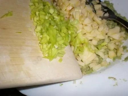 Añadir el puerro al aguacate y la manzana