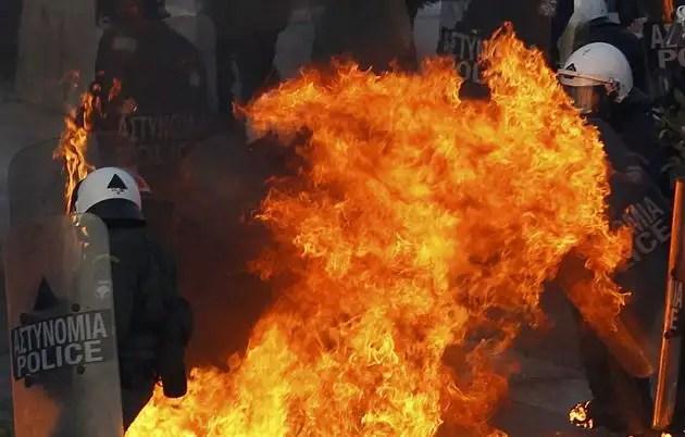 1329065536157gal1gd - Atenas arde por la aprobación de los recortes en el Parlamento