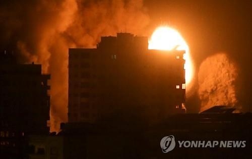 이스라엘군의 폭격 이후 가자지구의 한 건물에서 화염과 연기가 치솟고 있다.