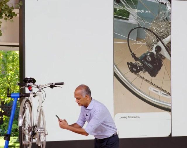29일 구글의 '서치 온' 행사에서 발표자가 구글 렌즈를 이용해 자전거의 변속 장치를 촬영하고 있다. [구글 제공=연합뉴스. 재배부 및 DB 금지]