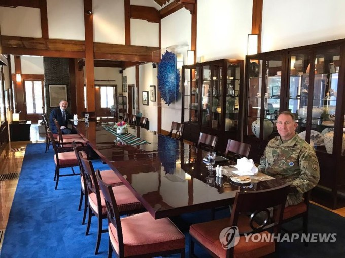 U.S. Ambassador Harry Harris poses with U.S. Forces Korea chief Gen. Robert Abrams during lunch at his residence in Seoul on April 9, 2020 in this photo captured from the ambassador's twitter account. (PHOTO NOT FOR SALE) (Yonhap)