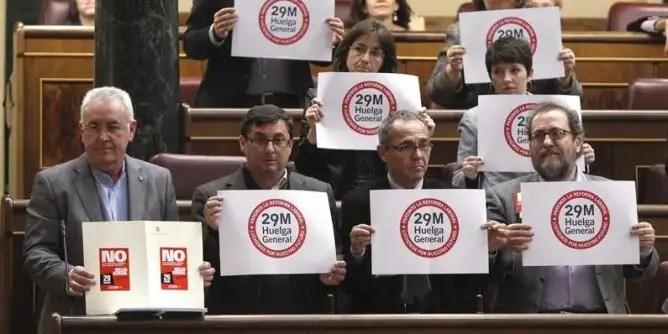 Cayo Lara junto al resto de diputados de IU protestando contra la reforma laboral del PP