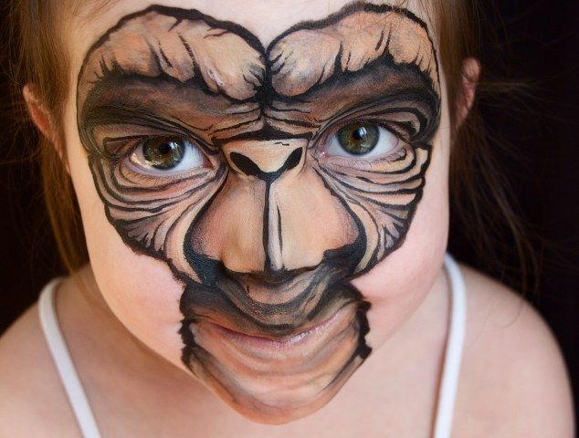 30076470 - Madre crea arte en las caras de sus hijas