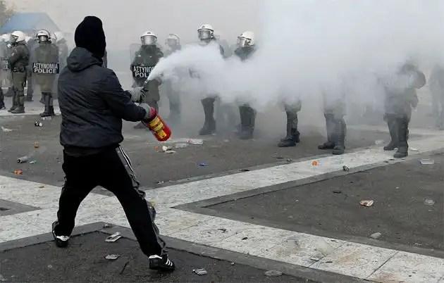 1329066917111grecia11gd - Atenas arde por la aprobación de los recortes en el Parlamento