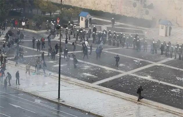 1329065868696gal5gd - Atenas arde por la aprobación de los recortes en el Parlamento