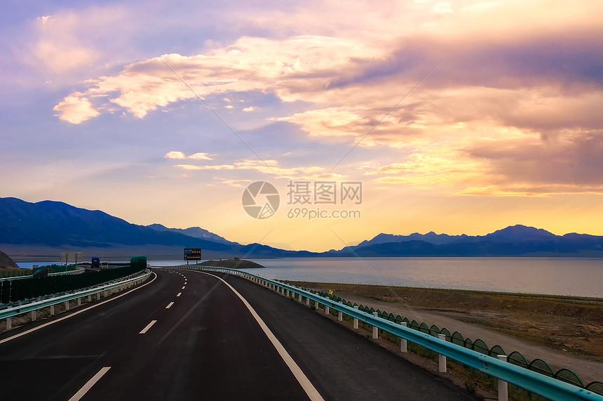 新疆高速路賽里木湖日落霞光高清圖片下載-正版圖片500609539-攝圖網